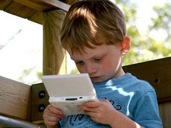 seorang-anak-yang-tengah-asyik-bermain-game Copy