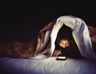 bahaya bermain hp sebelum tidur pada tubuh Copy