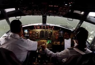 pilot hendak mendaratkan pesawat Copy